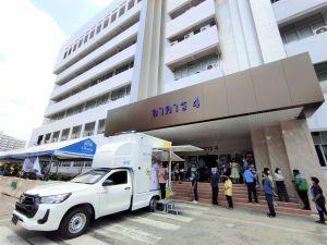 กรมควบคุมโรค จัดรถชีวนิรภัยพระราชทาน ออกหน่วยคัดกรองตรวจหาเชื้อไวรัสโคโรนา 2019 (COVID-19) เชิงรุก บริเวณหน้าอาคาร 4 สำนักงานขนส่งกรุงเทพมหานครพื้นที่ 5