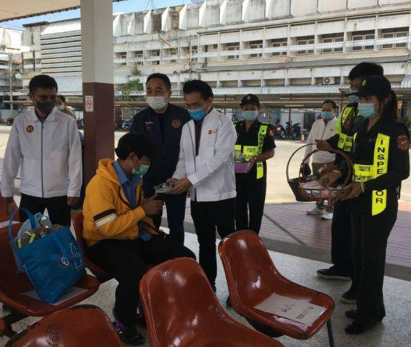 นายธานีฯ ตรวจเยี่ยมการปฏิบัติหน้าที่ และมอบหน้ากากอนามัยให้ประชาชน ณ สถานีขนส่งผู้โดยสารอำเภอบ้านไผ่ จังหวัดขอนแก่น